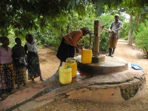 The Water Project : kenya4299-25-members-fetch-water-from-an-old-community-well