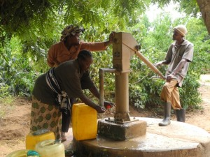 The Water Project : kenya4299-28-members-fetch-water-from-an-old-community-well