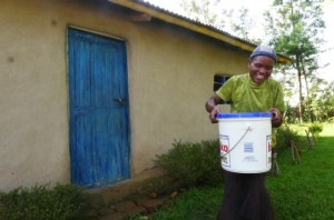 The Water Project : kenya4291-05-lifting-the-heavy-bucket-of-water
