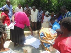 The Water Project : kenya4258-16-eshikulu-members-following-the-spread-of-diseases-exercise