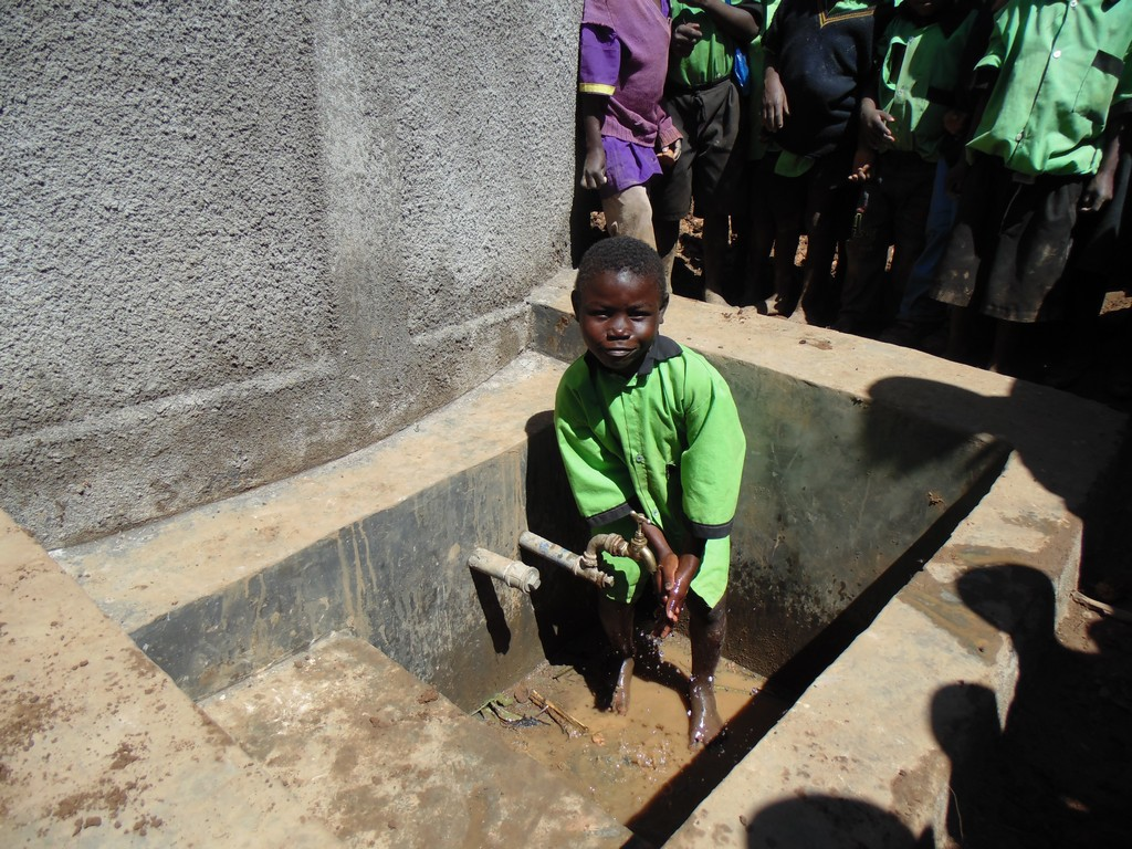The Water Project : kenya4296-19-a-boy-wash-hand-at-the-tank-at-hondolo-primary-school
