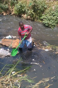 The Water Project : kenya-pamojamashimoni-22-mathare-river-being-cleaned-2