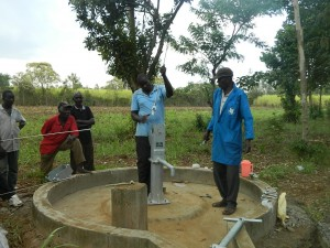 The Water Project : kenya4321-44-plunger-installation