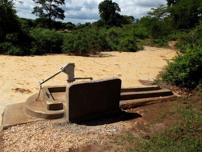 The Water Project : kenya4402-02-watuka-shallow-well