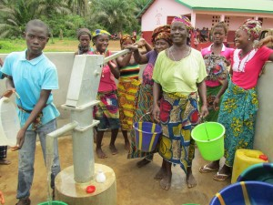 The Water Project : sierraleone5070-52-pumping-safe-water