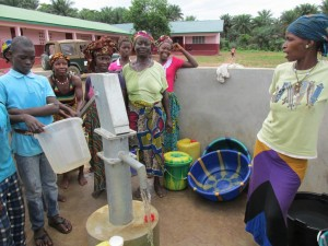 The Water Project : sierraleone5070-56-pumping-safe-water