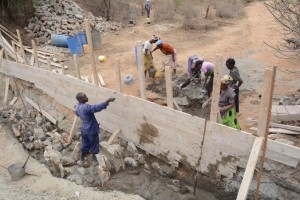 The Water Project : kenya4389-17-construction