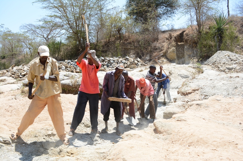 The Water Project : kenya4445-01-trenching