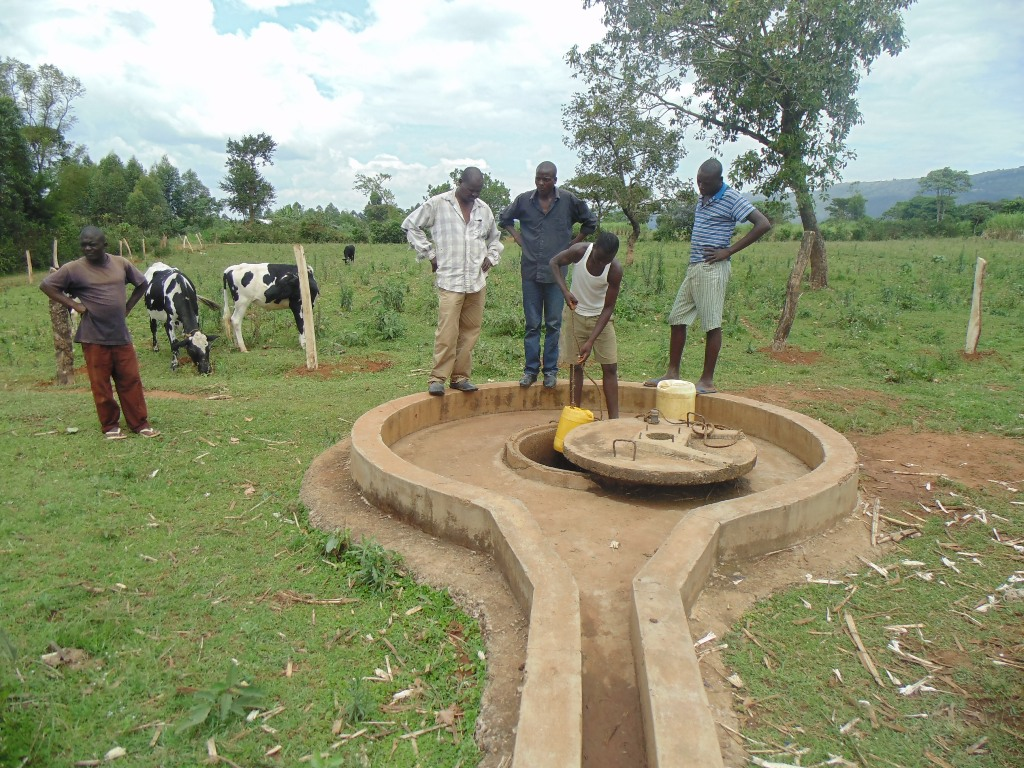 The Water Project : kenya4401-04-broken-well