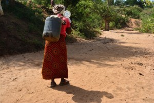 The Water Project : 17-kenya4476-fetching-water
