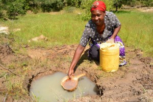 The Water Project : 21-kenya4483-fetching-water