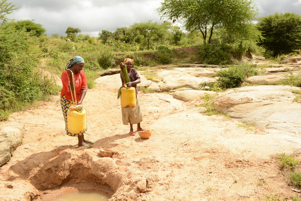 The Water Project : 18-kenya4486-fetching-water