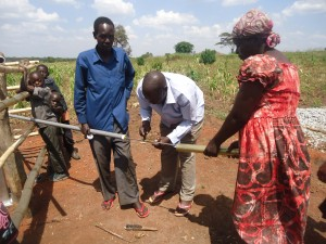 The Water Project : 8-uganda6075-installation