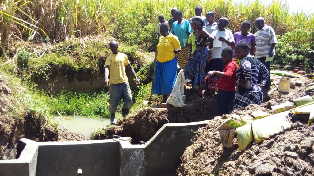 14 kenya4700 artisan explaining the spring protection