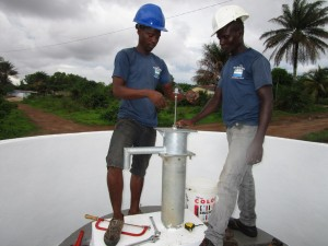 The Water Project : 30-sierraleone5110-pump-installation