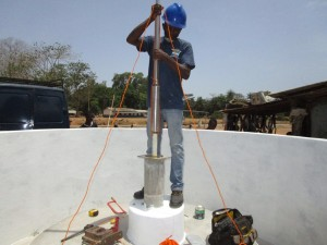The Water Project : 39-sierraleone5104-pump-installation