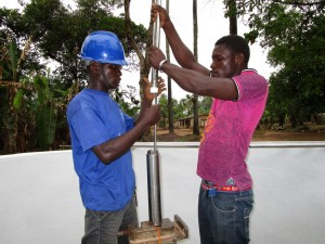 The Water Project : 59-sierraleone5105-pump-installation