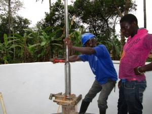 The Water Project : 61-sierraleone5105-pump-installation