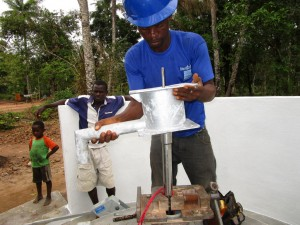 The Water Project : 62-sierraleone5105-pump-installation