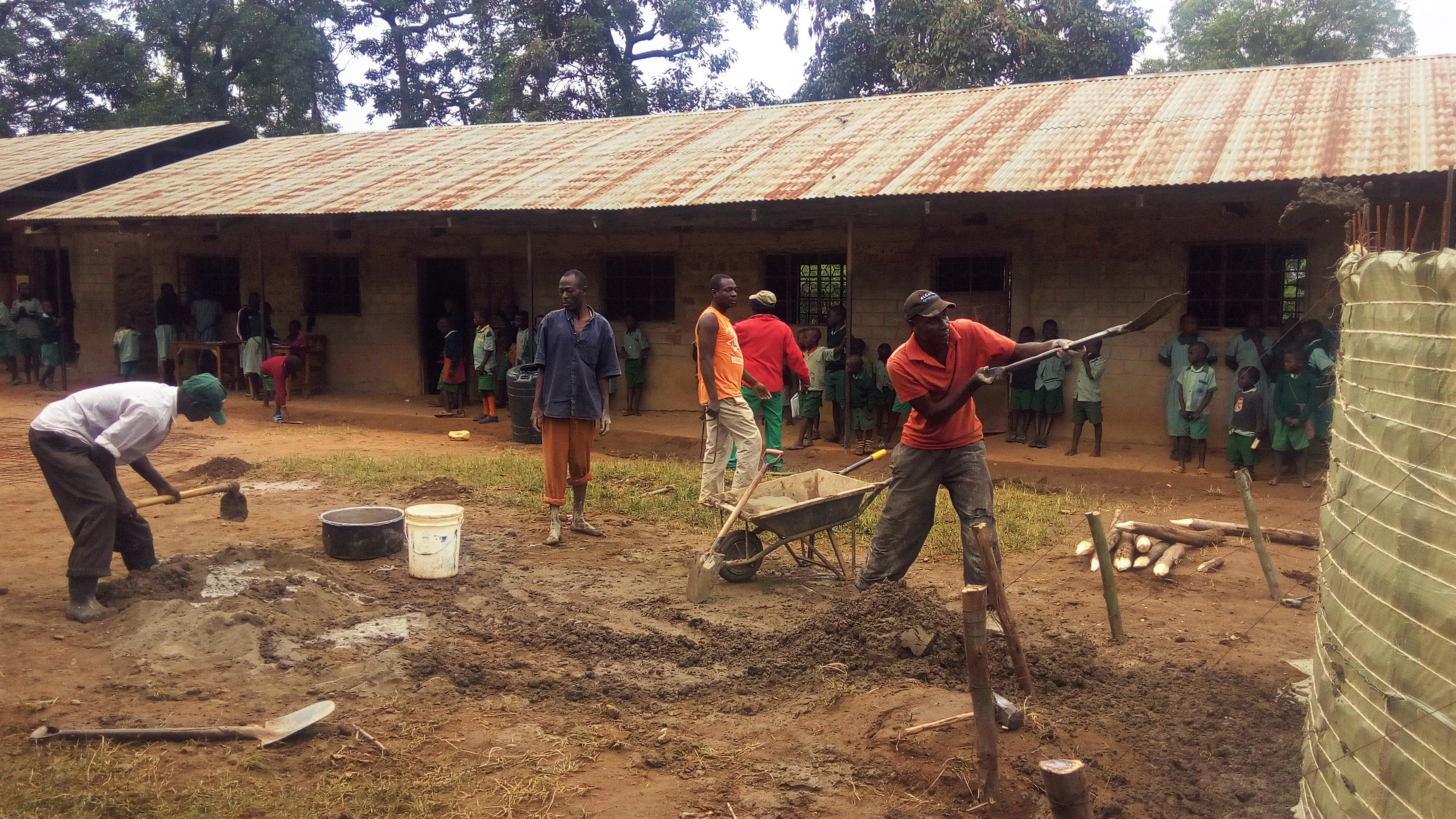 9 kenya4830 community members helping the artisan