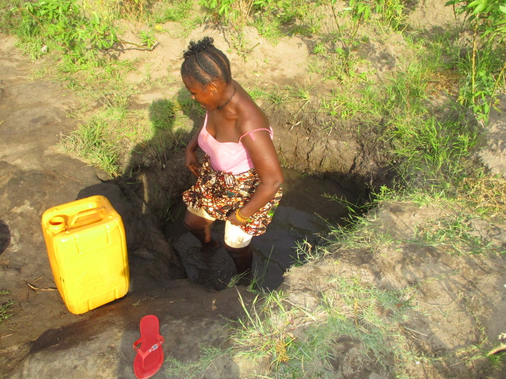 The Water Project : 10-sierraleone18264-fetching-water