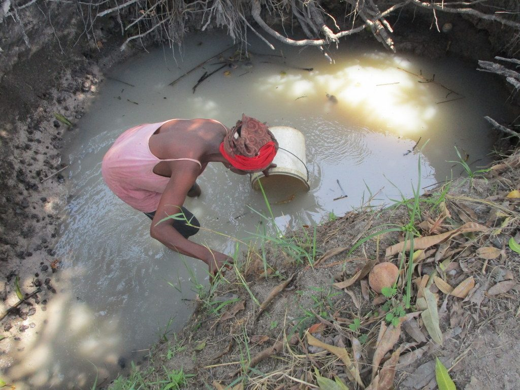 The Water Project : sierraleone18280-fetching-water