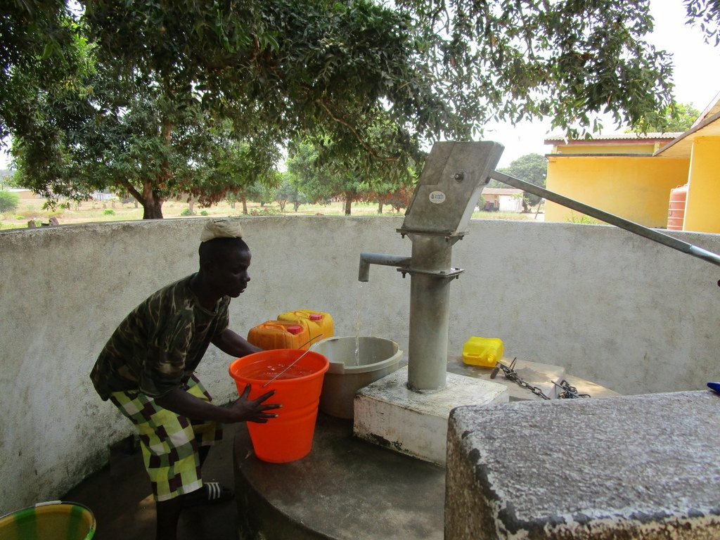 The Water Project : sierraleone5102-fetching-water