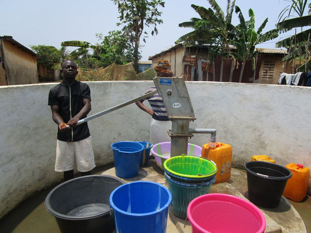 The Water Project : sierraleone5103-collecting-water
