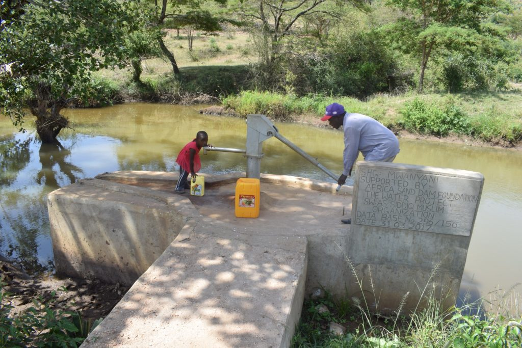 The Water Project : kenya4766-fetching-water