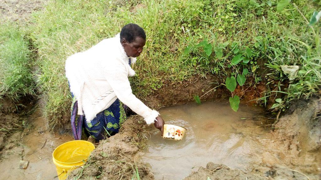 The Water Project : 11-kenya19086-eldah-getting-water