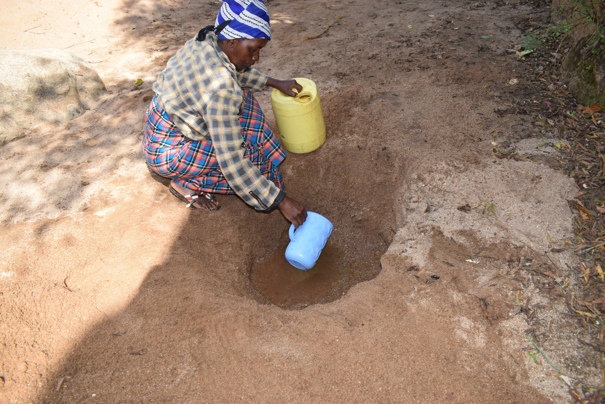The Water Project : kenya19247-fetching-water