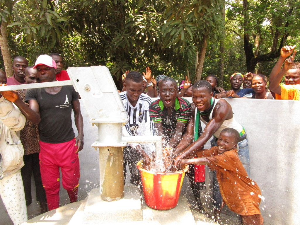 The Water Project : sierraleone18280-splash