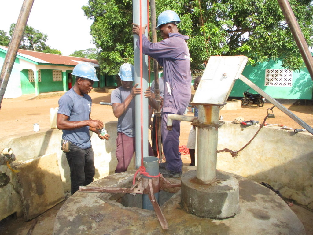 The Water Project : sierraleone18305-preparing-temporary-casing