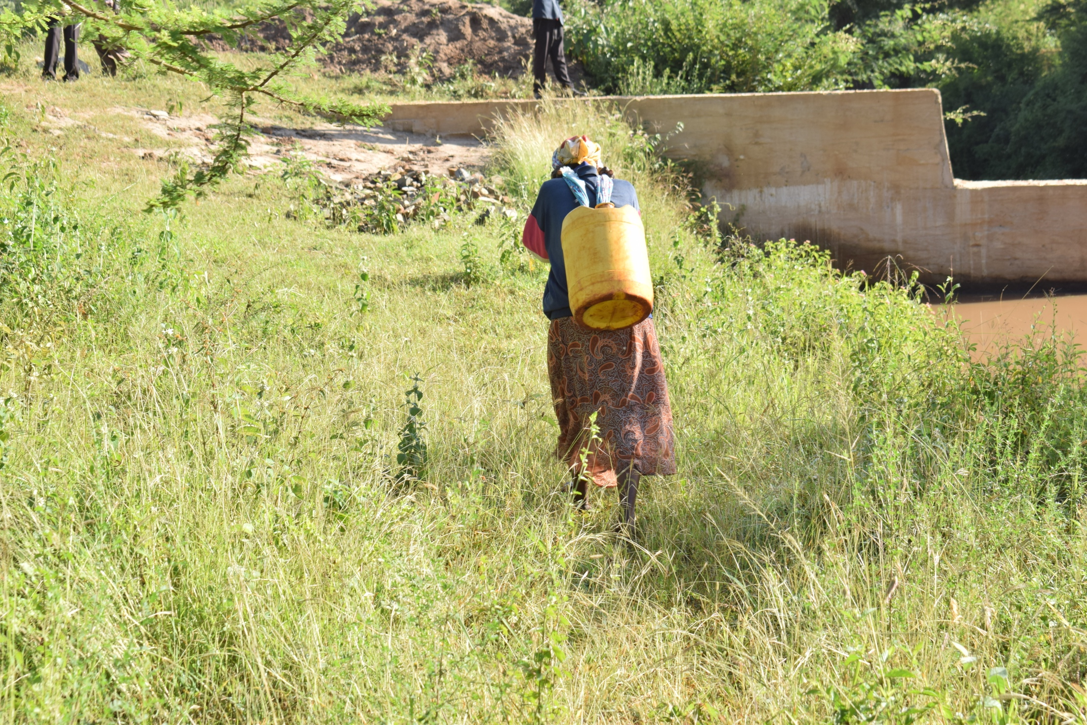 The Water Project : kenya19200-carrying-water