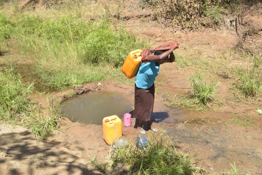The Water Project : kenya19219-carrying-water