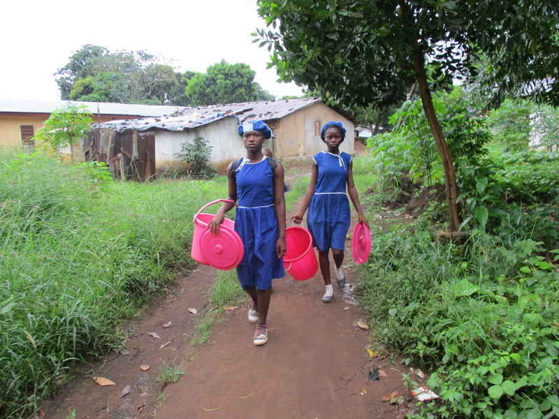 The Water Project : sierraleone19268-students-fetching-water
