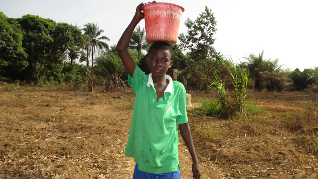 The Water Project : sierraleone19278-carrying-water