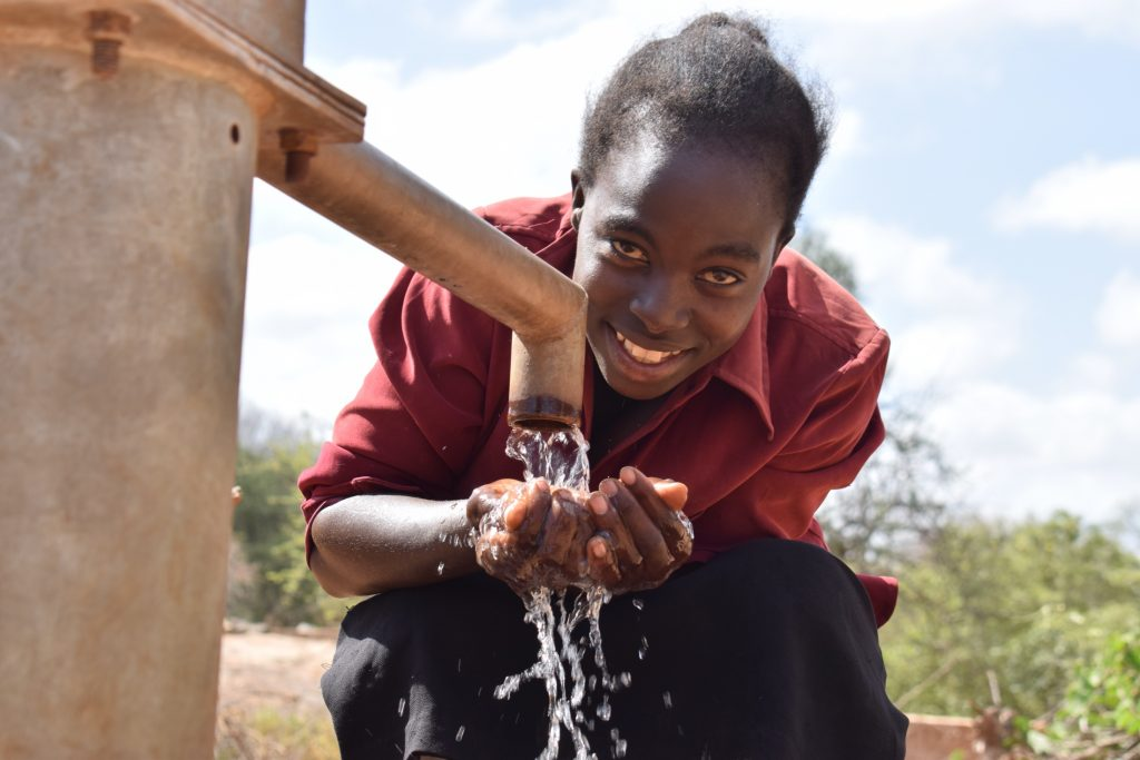The Water Project : kenya18171-drinking-water-from-the-well