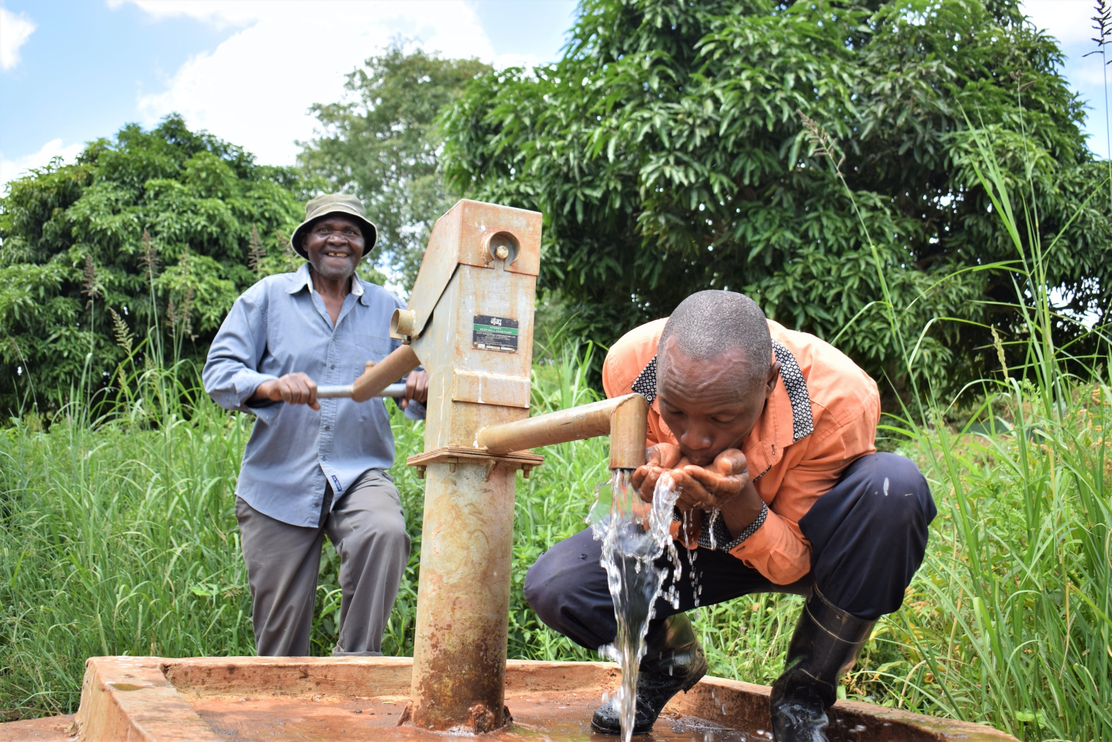 The Water Project : kenya18172-drinking-water-from-the-well-1