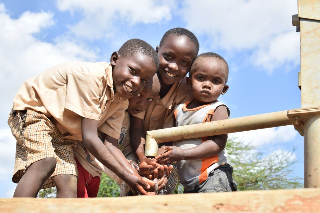 The Water Project : kenya18173-drinking-water-from-the-well