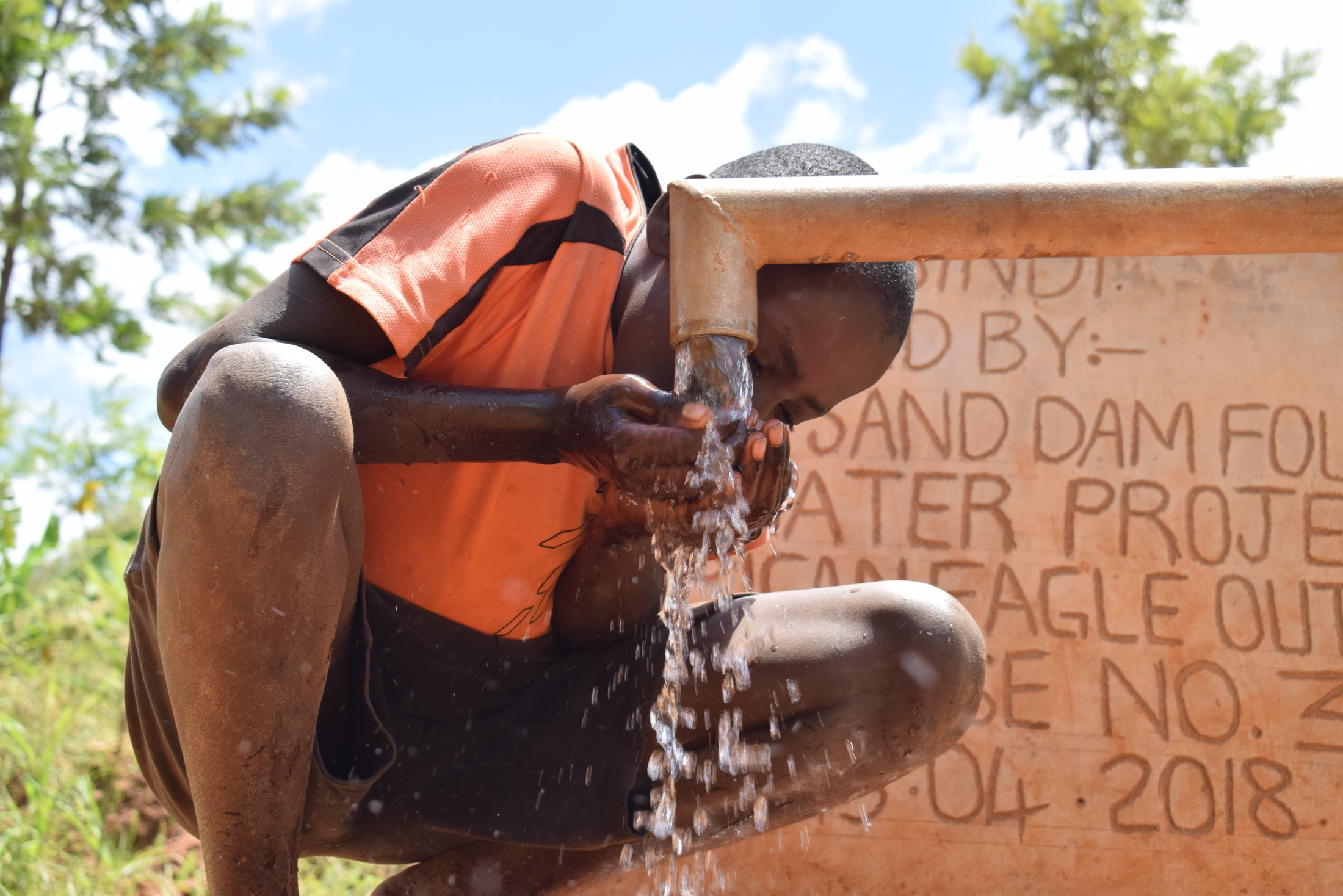 The Water Project : kenya18175-drinking-water-from-the-well