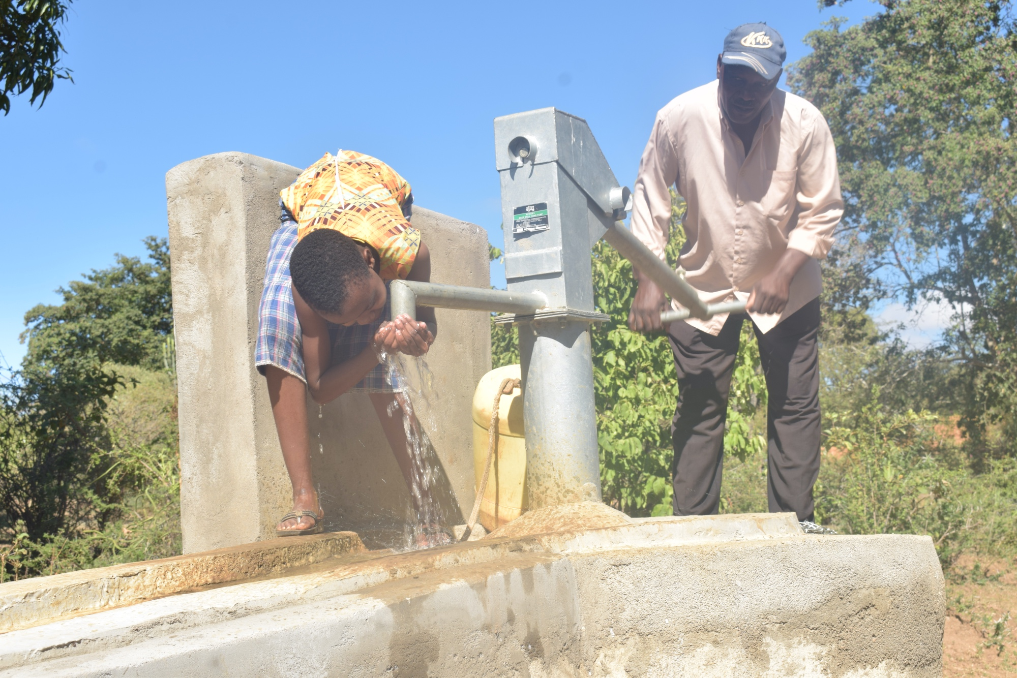 The Water Project : kenya18176-drinking-water-from-the-well