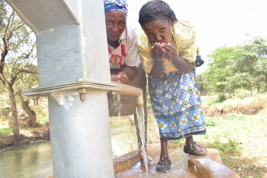 The Water Project : kenya18307-drinking-water-from-the-well