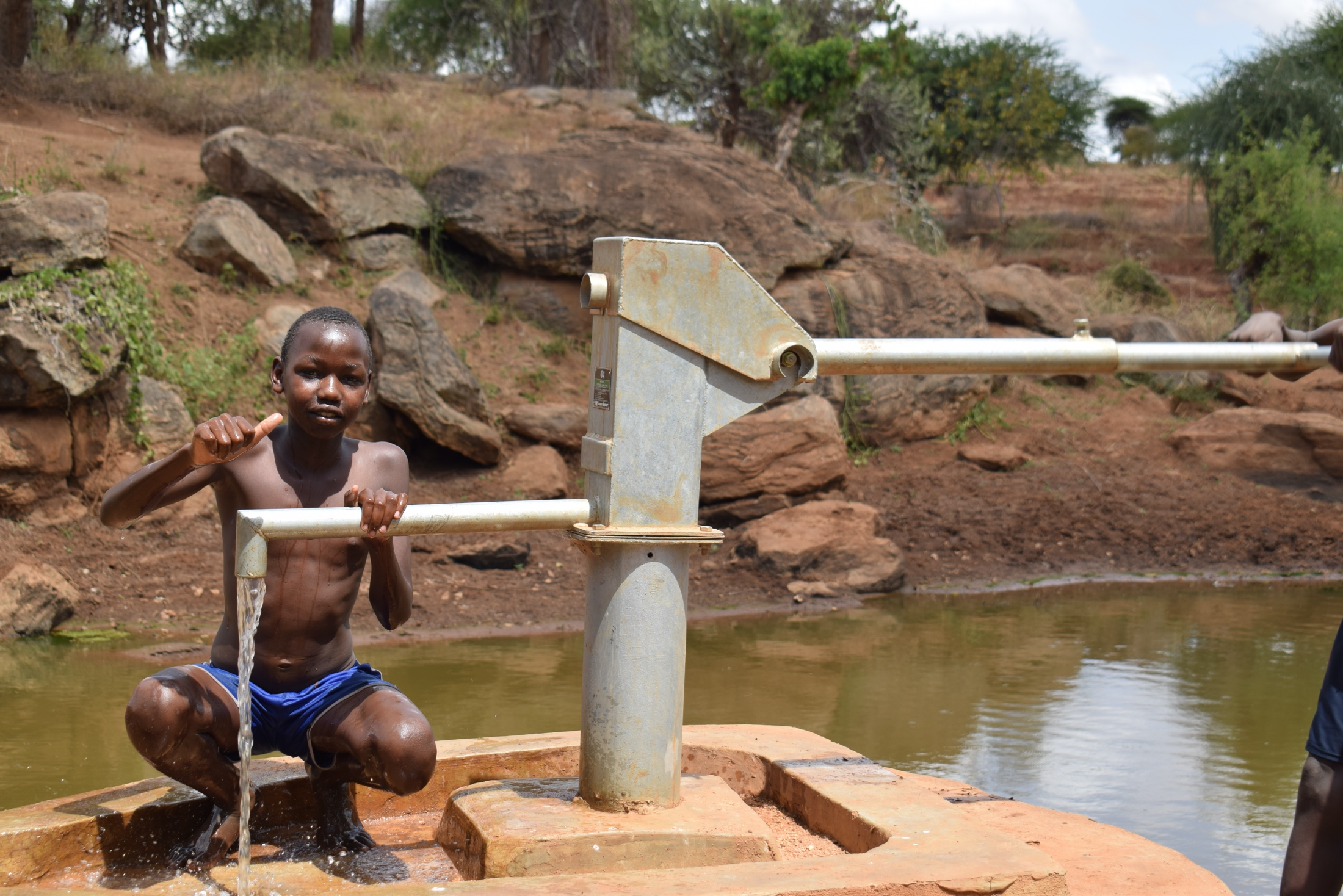 The Water Project : kenyua18195-thumbs-up-for-the-well