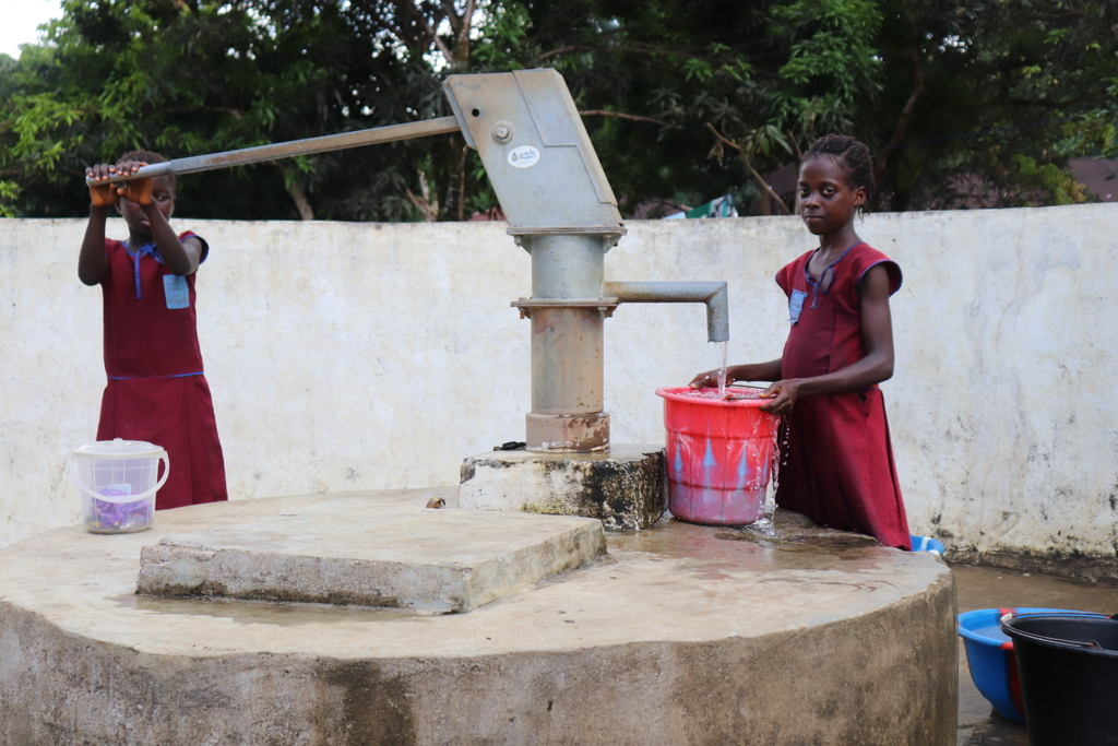 The Water Project : sierraleone18281-students-fetching-water
