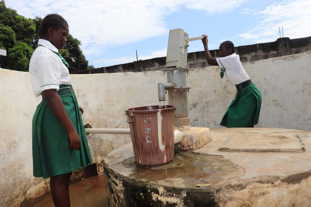 The Water Project : sierraleone18282-pupils-using-water-source
