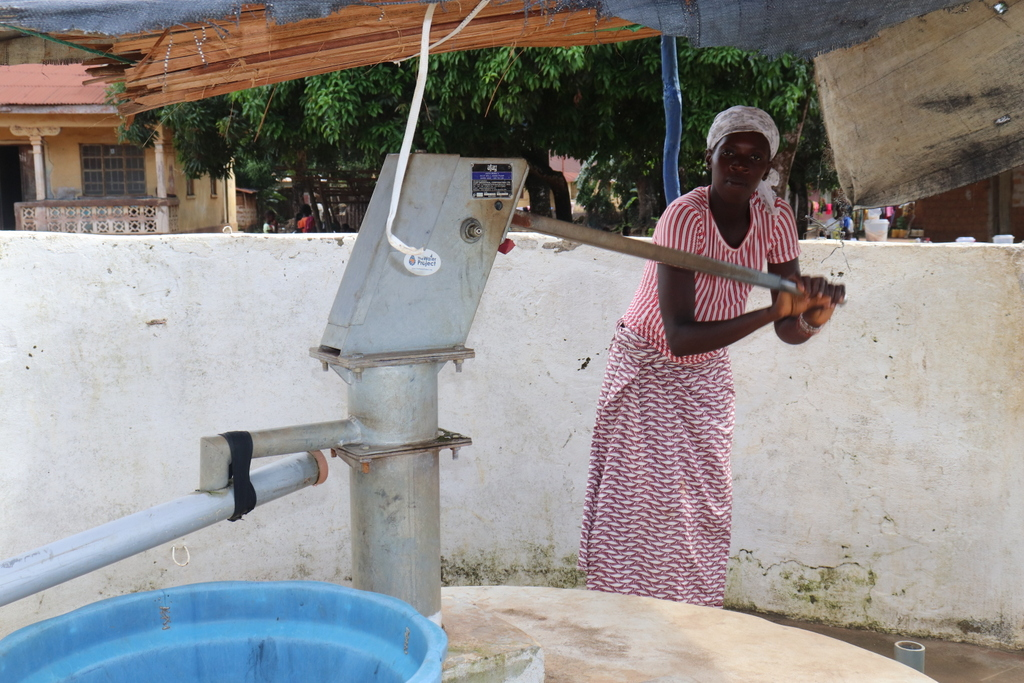 The Water Project : sierraleone18304-pumping-the-well