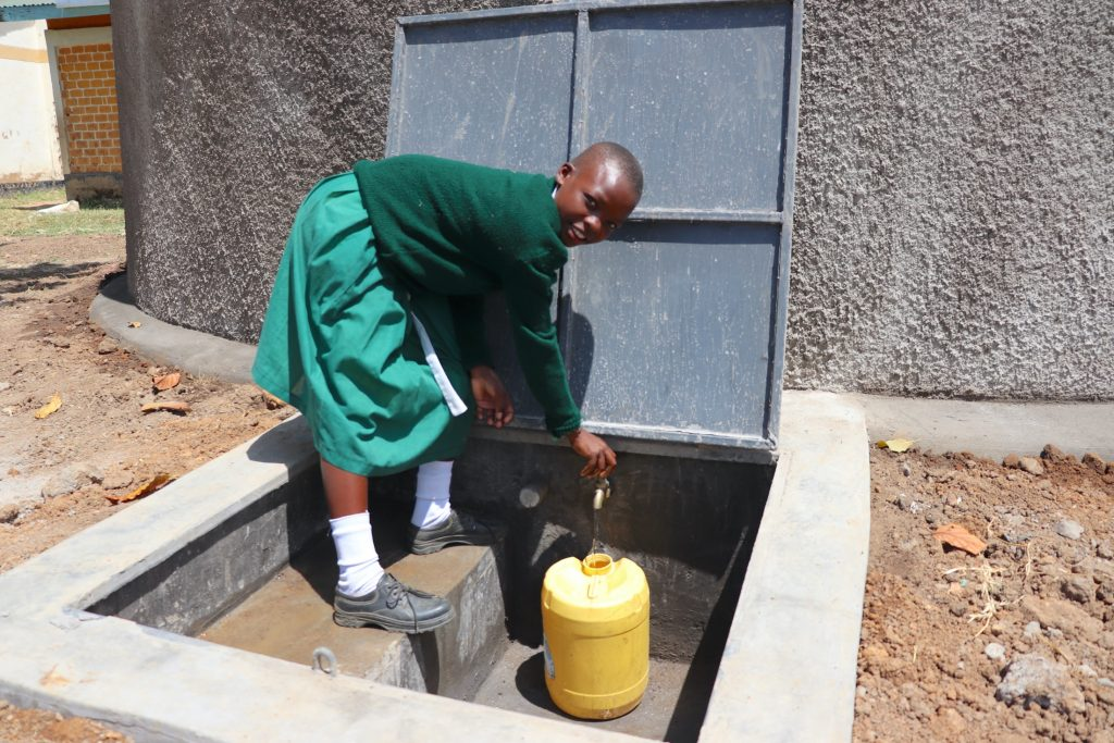 The Water Project : 37-kenya20127-fetching-water-at-the-tank
