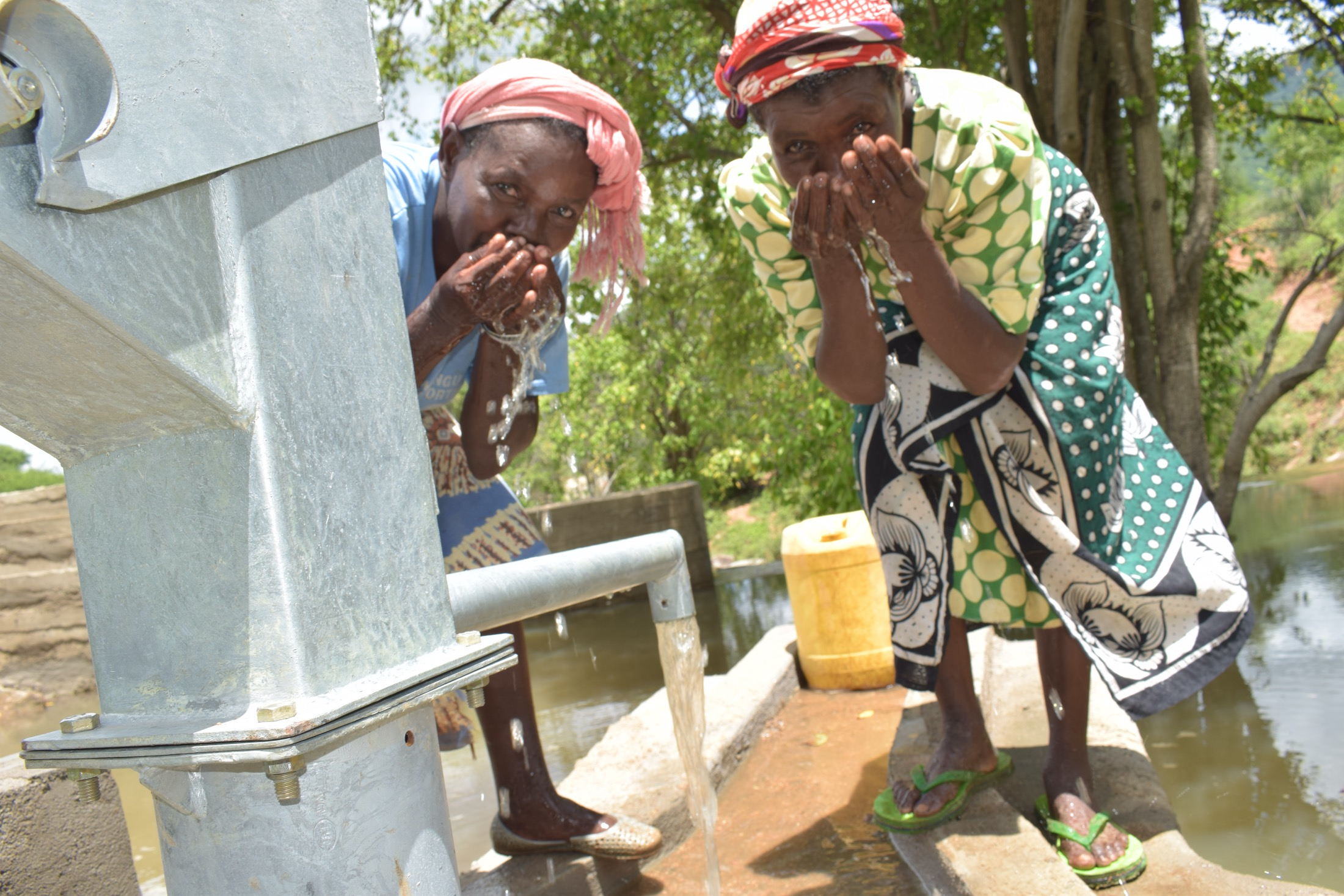 The Water Project : kenya20301-drinking-fresh-water-from-the-well