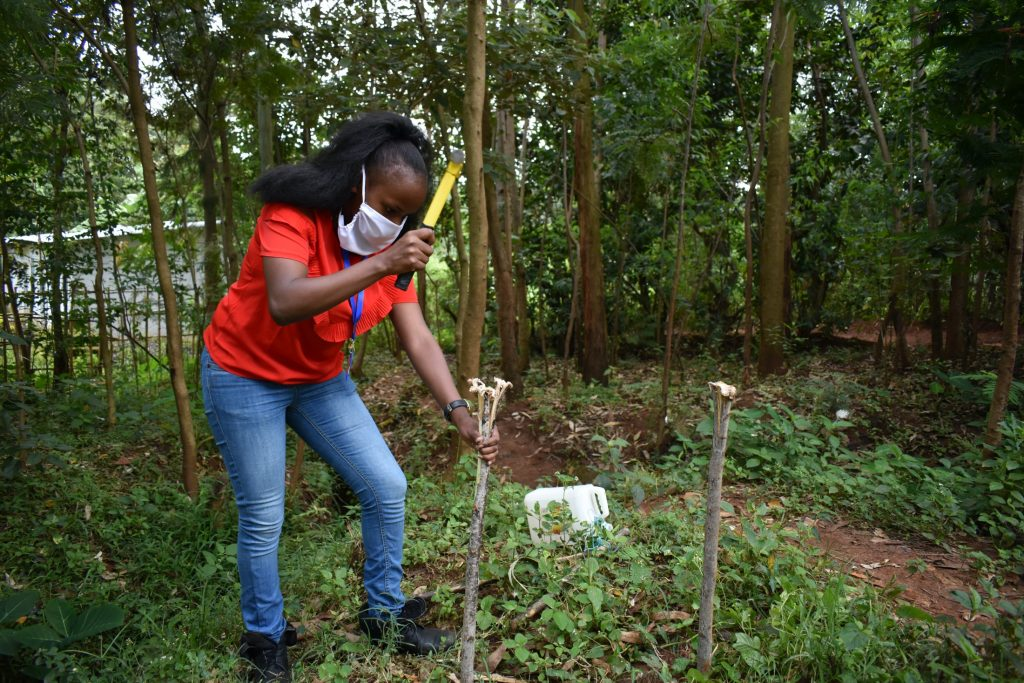 The Water Project : covid19-kenya4702-ms-georgina-erecting-a-handwashing-station